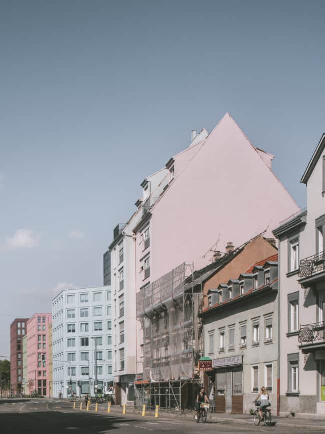 From the city center, the Saint‐Urbain block asserts itself as an autonomous assembly